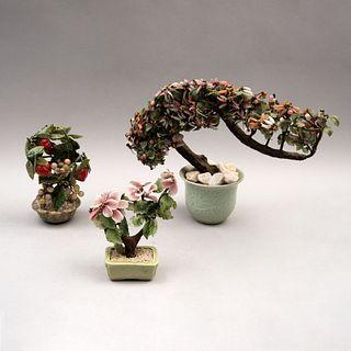 Lote de árboles de la abundancia. China, siglo XX En jardineras de cerámica, con hojas y frutos de piedra jabonosa y semipreciosas.