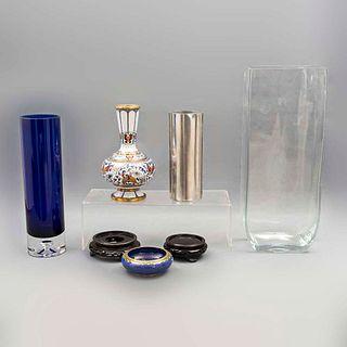 Lote de 5 piezas. Diferentes orígenes y diseños. SXX En cristal, uno de Murano, pewter y cloisonné. Consta de: jarrón, violetero, otros