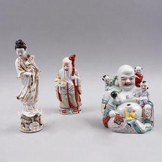 Lote de figuras decorativas. China, siglo XX. Elaborados en porcelana policromada, detalles en esmalte dorado. Consta de: Kuan Yin,Pz:3