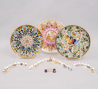 Lote de 42 piezas. Diferentes orígenes. SXX. En porcelana y cerámica vidriada. Algunos Limoges y Bavaria. Consta de: 38 dedales, otros.