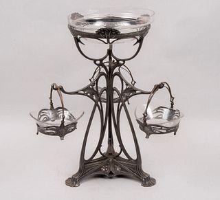 Centro de mesa. SXX Estilo Art Decó. En metal plateado. Con 4 depósitos de cristal, uno a manera de frutero y 3 a manera de canastillas