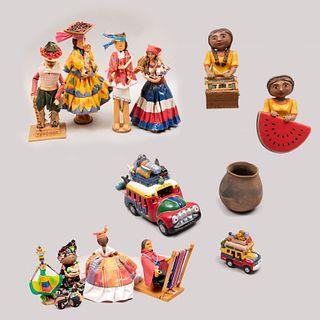 Lote de 12 muñecas y figuras decorativas. Diferentes orígenes. Siglo XXI. En madera tallada, tela, barro, papel maché, madera y pasta.