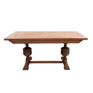 """Mesa. Francia. Siglo XX. En talla de madera de roble. Con cubierta rectangular, fustes compuestos, chambrana en """"H""""."""