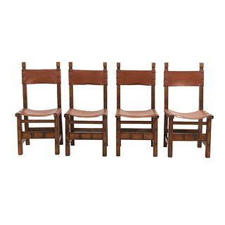 Lote de 4 sillas. Francia. Siglo XX. En talla de madera de roble. Con respaldos semiabiertos y asientos tipo piel color marrón.