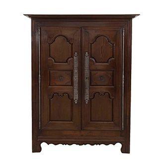 Armario. Francia. Siglo XX. En talla de madera de roble. Con 2 puertas abatibles y soportes semicurvos.