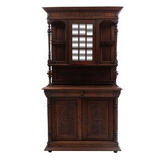 Buffet. Siglo XX. En talla de madera. A 2 cuerpos. Con 3 puertas abatibles y 2 cajones con tiradores de metal dorado.