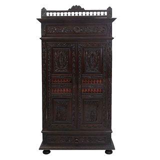 Armario. Francia. Siglo XX. Estilo Bretón. Elaborado en madera tallada de roble. Con 2 puertas abatibles, cajón inferior.