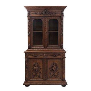 Buffet. Francia. Siglo XX. Estilo Enrique II. En talla de madera de roble. Con 2 cajones centrales, 4 puertas abatibles.