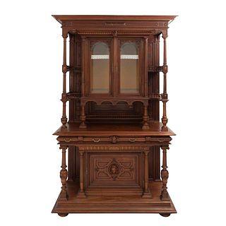 Buffet. Francia. Siglo XX. Estilo Enrique II. En talla de madera de nogal. Cajones centrales con tiradores de metal dorado.