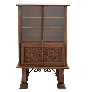 Gabinete. Francia. Siglo XX. En talla de madera de nogal. Con entrepaños superiores, 2 puertas abatibles, fustes semicurvos.