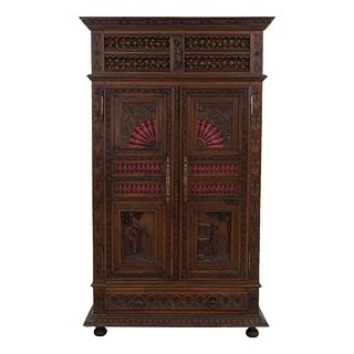 Armario. Francia. Siglo XX. Estilo Bretón. En talla de madera de roble. Con 2 puertas abatibles, cajón inferior.