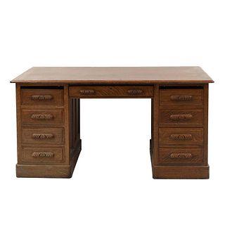 Escritorio. Siglo XX. Elaborado en madera. Con cubierta rectangular, 8 cajones, uno central y soporte tipo zócalo.