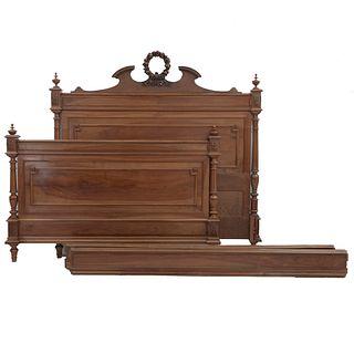 Cama matrimonial. Francia. Siglo XX. Estilo Enrique II. En talla de madera de nogal. Consta de: cabecera, piecera, 2 largueros.