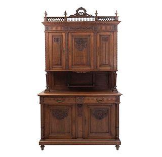 Buffet. Francia. Siglo XX. Estilo Enrique II. En talla de madera de roble. A 2 cuerpos. Con 2 cajones, 5 puertas y soportes.