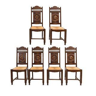 Lote de 6 sillas. Francia. Siglo XX. Estilo Bretón. En talla de madera de roble. Con respaldos semiabiertos, asientos de palma tejida.