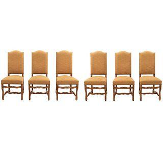 Lote de 6 sillas. Francia. Siglo XX. En talla de madera de roble. Con respaldos cerrados y asientos acojinados en tapicería.