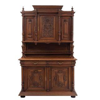 Buffet. Francia. Siglo XX. Estilo Enrique II. En talla de madera de nogal. Con 2 cajones con tiradores de metal dorado.