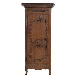 Armario. Francia. Siglo XX. En talla de madera de roble. Con una puerta abatible y soportes semicurvos.
