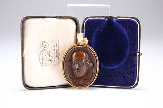 A CARVED MULBERRY WOOD DOUBLE CAMEO PENDANT, carved depicti