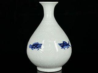 A Blue and White Fish&Algae Pattern Porcelain Vase