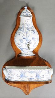 French Provincial Ceramic Lavabo, 20th c., with blue and white floral decoration, consisting of a reservoir, and a basin, on a large back plate, H.- 4