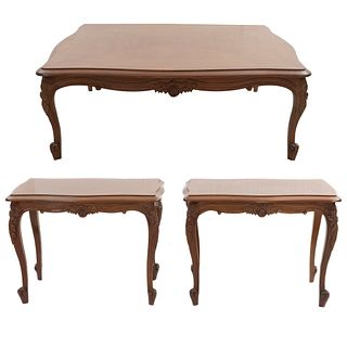 Juego de 3 mesas auxiliares. Siglo XX. En talla de madera. Consta de: Mesa de centro y par de mesas laterales.