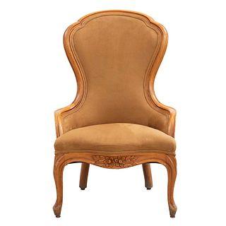 Sillón. Siglo XX. Estructura de madera. Con respaldo cerrado y asiento en tapicería de tela, fustes semicurvos y soportes tipo jarrón.