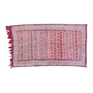 Tapete. Siglo XX. Estilo Kilim. Anudado a mano en fibras de lana. Decorado con motivos geométricos en colores rojo, morado y beige.