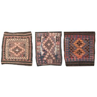 Lote de 3 tapetes. Siglo XX. Estilo Kilim. Elaborados en fibras de lana y algodón. Decorados con motivos geométricos.