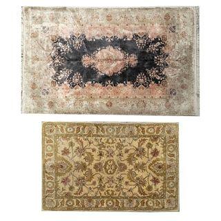 Lote de 2 tapetes. Siglo XX. Elaborados en fibras de lana, algodón y sintéticas. Decorados con elementos vegetales, florales.