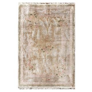 Tapete. Siglo XX. Estilo pekin. Elaborado en fibras de lana y algodón. Decorado con motivos vegetales y florales.