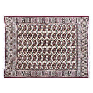 Tapete. Siglo XX. Estilo bokhara. En fibras sintéticas. Decorado con motivos geométricos sobre fondo beige. 336 x 246 cm.