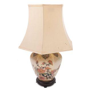 Lámpara de mesa. Siglo XX. Elaborada en cerámica. Para una luz. Con pantalla de tela, fuste a manera de jarrón y soporte de madera.