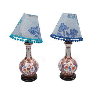 Par de lámparas de mesa. Siglo XX. Elaboradas en cerámica. Para una luz. Con pantallas de tela y fuste a manera de jarrón.