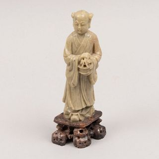 Sabio. Origen oriental. Siglo XX. Elaborado en piedra jabonosa. Con base. 16 cm de altura
