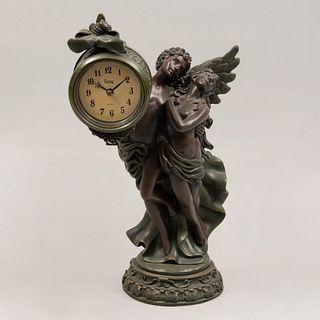 Reloj de mesa con figuras de Eros y Psique. En resina y reloj con mecanismo de cuarzo marca Crosa. 40 cm de altura