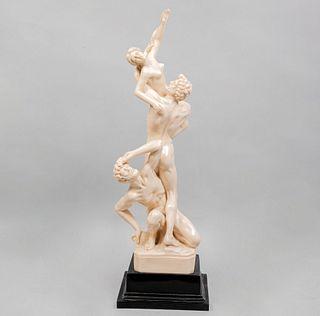 El Rapto de las Sabinas. Origen europeo, siglo XX. Elaborado en resina moldeada con base de resina. 63 cm de altura
