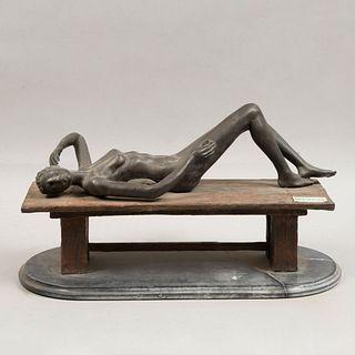Desnudo femenino. Siglo XX. Fundición en bronce con base de mármol. 49 cm de longitud