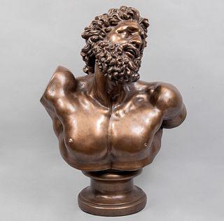 Busto de Laocoonte. Siglo XX. Elaborado en resina moldeada acabado metálico. 68 cm de altura