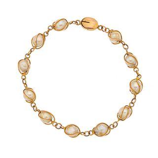 Pulsera con perlas en oro amarillo de 10k. 11 perlas cultivadas color crema de 7 mm. Peso: 11.2 g.