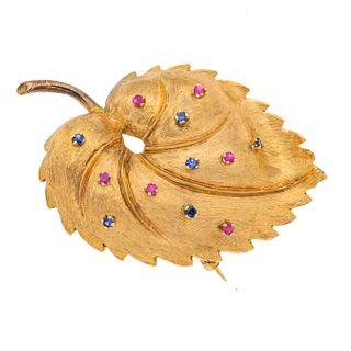 Prendedor con zafiros y rubíes en oro amarillo de 14k. 6 rubíes corte redondo. 6 zafiros corte redondo. Diseño de hoja. Peso...