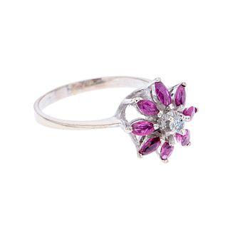 Anillo con rubíes y diamante en plata paladio. 7 rubíes corte marquís. 1 diamante corte redondo. Talla: 6 1/2. Peso: 2.3 g.