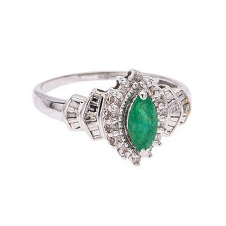 Anillo con esmeralda y diamantes en oro blanco de 10k. 1 esmeralda corte marquís. 4 diamantes corte baguette y redondo. Talla:...