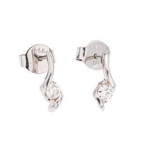 Par de broqueles con diamantes en oro blanco de 14k. 2 diamantes corte brillante 0.16k. Peso: 1.1 g.