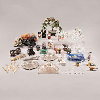 Lote de 33 piezas. Diferentes orígenes y diseños. SXX En cristal, metal, cerámica, piedra tipo jabonosa. Algunos Lalique y Swarovski.