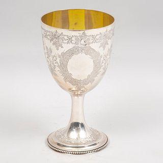 Cáliz. Londres, Inglaterra, Ca. 1879. Estilo Victoriano. En plata baja cincelada con Vermeil sellado Stephen Smith. Peso: 437 g.