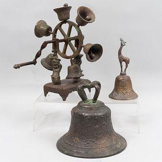 Lote de 3 campanas. Siglo XX. Fundiciones en bronce. Consta de: campana, campana timbre diseño circular con 6 campanas, otro.