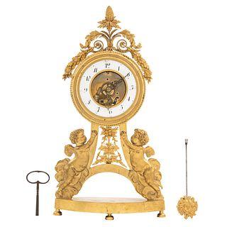RELOJ DE MESA FRANCIA, FINALES DEL SIGLO XIX Estilo NAPOLEÓN III Elaborado en bronce dorado, diseños manera de amorcillos.