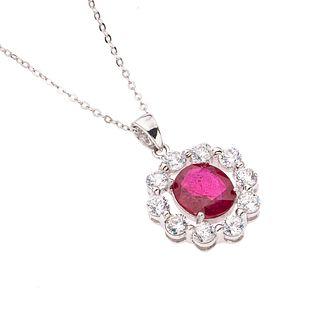 Collar y pendiente con rubí y circonias en plata .925. 1 rubí corte oval. Peso: 6.7 g.