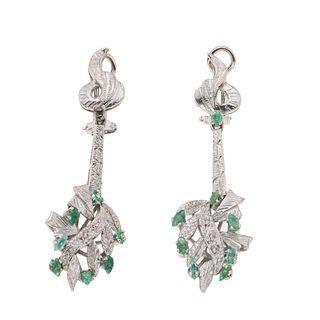 Par de aretes vintage con esmeraldas en plata paladio. 15 esmeraldas corte marquís y redondo. Peso: 11.0 g.